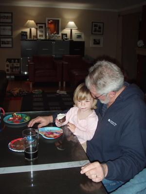 Ava_and_papa_eat_cupcakes