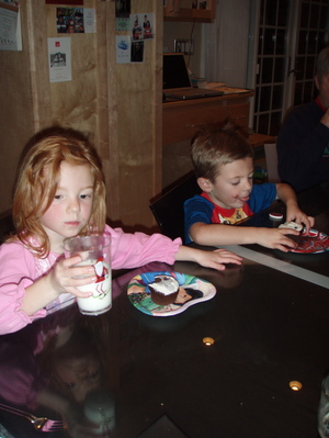 Ben_and_lily_eat_birthday_cupcakes